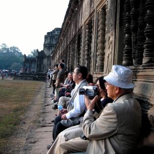 angkor-w-sunset-crowd