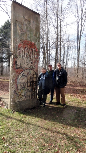 Kentuck - Mom Paul Steve w Berlin Wall 'Sculpture'